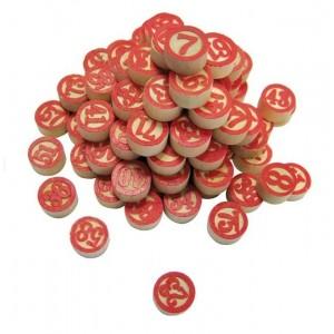 Lottonummern aus Holz mit roten Ziffern